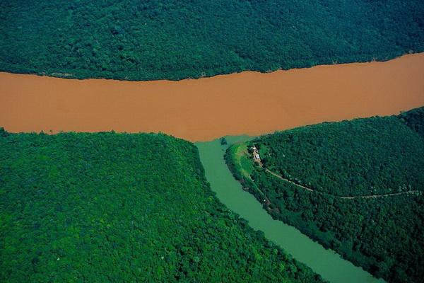 Слияние реки Уругвай и ее притока . Провинция Мисьонес, Аргентина