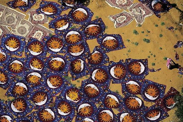 Сушка свежеокрашенных ковров. Джайпур, Индия